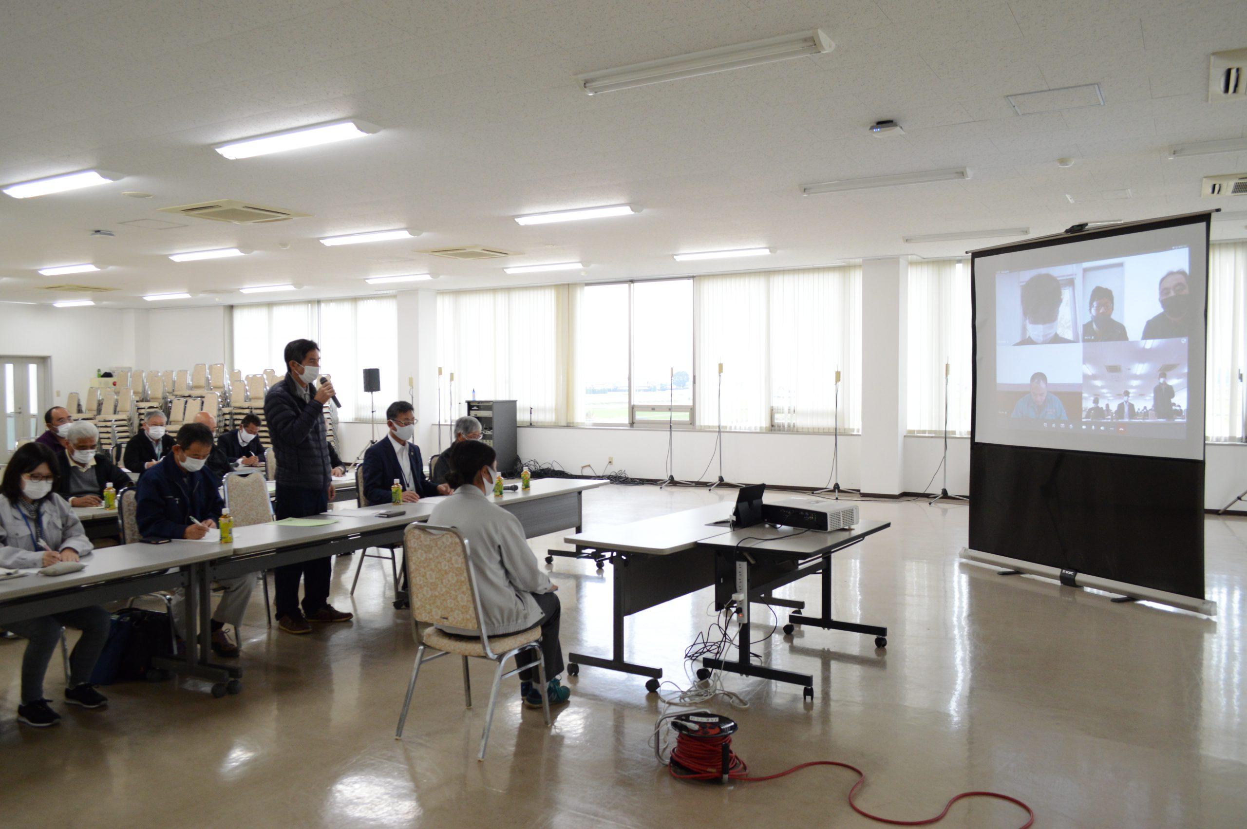 イチゴ販売対策会議であいさつする国府田部会長(22日、筑西市で)